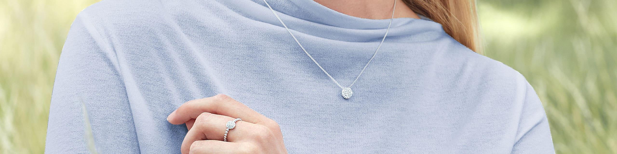 Diamantschmuck bei Juwelier Fridrich in München entdecken. Model mit Diamant Ring und Diamant Kette