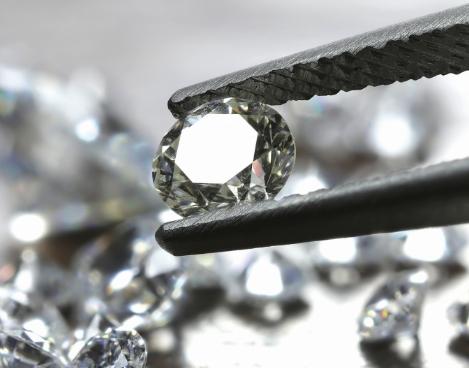 Diamant mit Pinzette: Mehr zur Diamant Kompetenz von Juwelier Fridrich in München erfahren.
