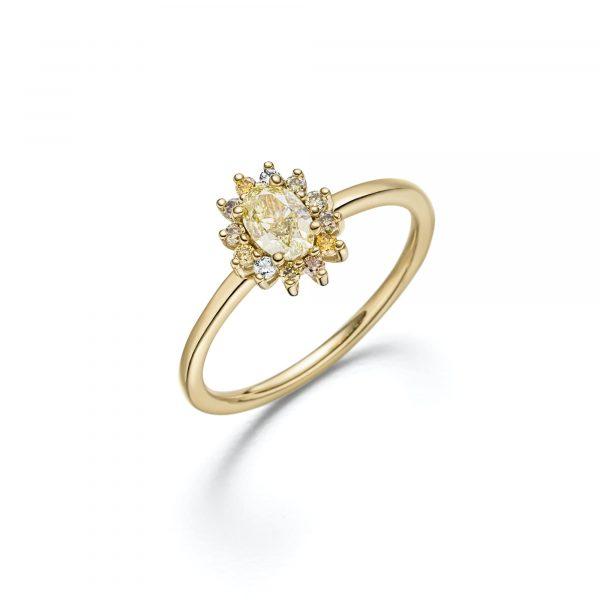 """Gelbgold Ring """"La Fleur"""" mit naturfarbenen Diamanten von Atelier Fridrich bei Juwelier Fridrich in München"""